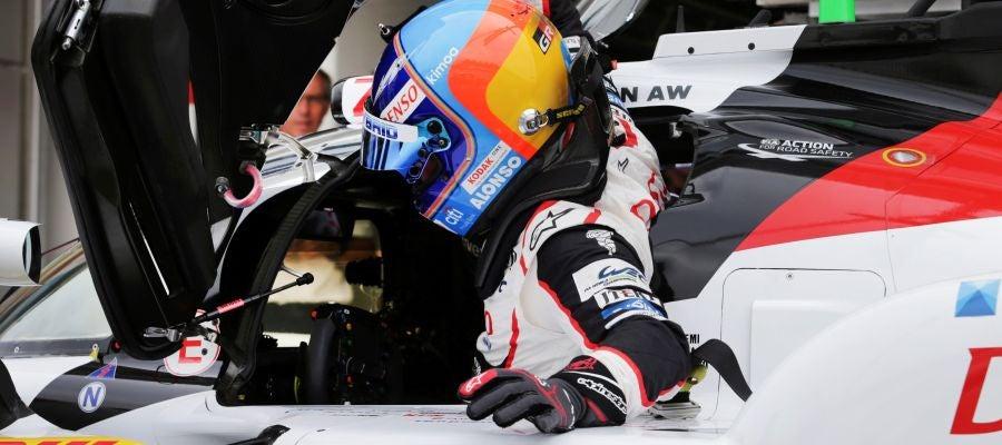 Fernando Alonso se sube a su Toyota