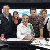 Carlos Alsina rodeado por los participantes de la edición especial del Concurso de Españolía: Roberto Brasero, Andrea Ropero, Iñaki López y Cristina Pardo