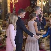 Pedro Sánchez junto a los reyes en el Palacio Real