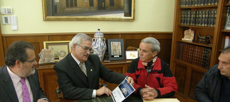 Francisco Antonio Candela con el alcalde Crevillent en 2012 tras alcanzar la cumbre del Aconcagua