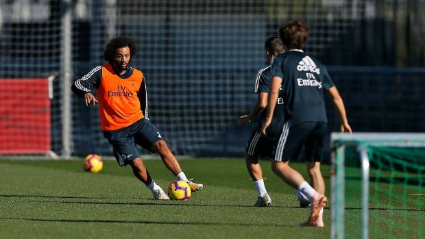 Marcelo conduce el balón en el entrenamiento con el Real Madrid
