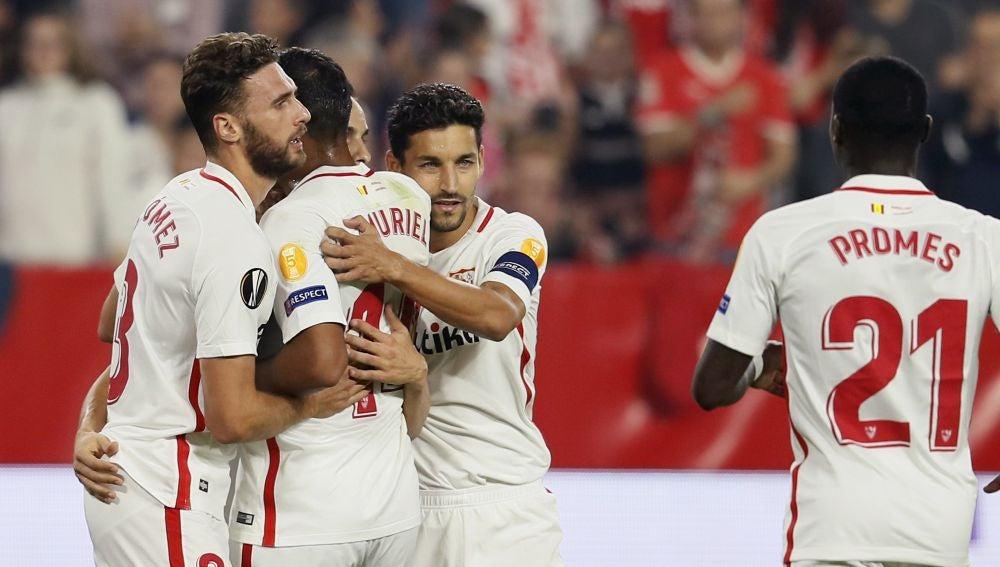 Los jugadores del Sevilla celebran un gol ante el Akhisar