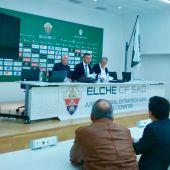 Diego García presidió la Junta Extraordinaria de accionistas del Elche CF, flanqueado por el consejero José Luiis Maruenda y el notario Francisco Tornel.