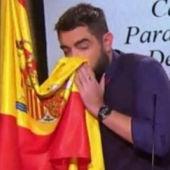 Dani Mateo durante el sketch en el que se sonó la nariz con la bandera española