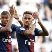 Neymar y Mbappé aplauden a la afición tras un partido