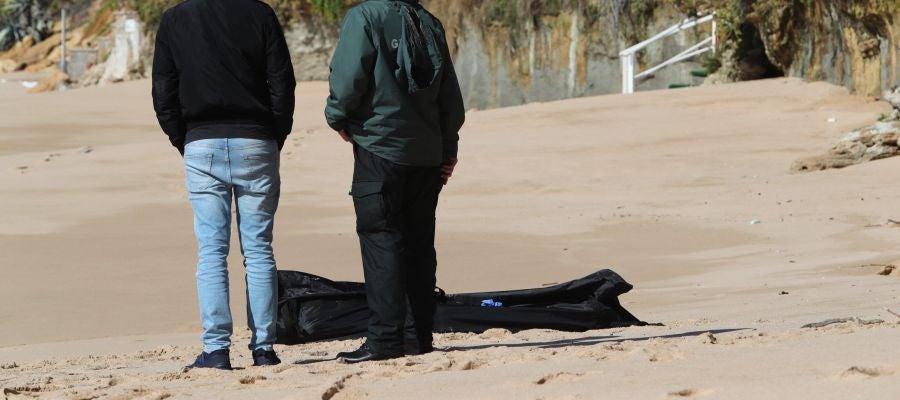 La Guardia Civil recupera el cadáver de otro de los ocupantes de la patera que naufragó