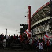 Aficionados de River Plate a las puertas de La Bombonera.