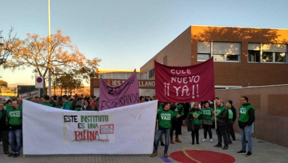 Concentración de padres en el instituto de Torrellano de Elche