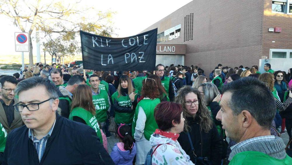 Concentración de padres en el instituto de Torrellano