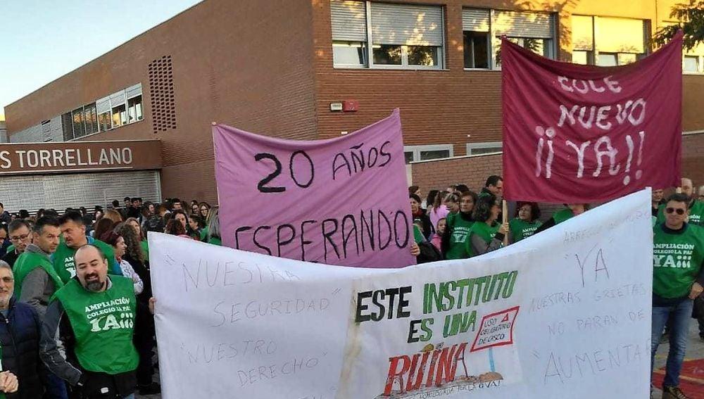 Padres de alumnos del instituto de Torrellano de Elche concentrados