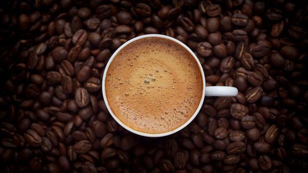 Consultorio ético: ¿Qué hacer si ves a un compañero escupiendo a otro en el café?