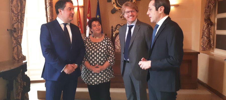 La alcaldesa, junto al concejal Jesús García, el exconcejal José Bayón, junto con el representante de INDRA.