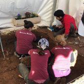 El equipo de arqueólogos trabajan en la fosa común del cementerio San José de Castellón.