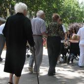 Grupo de ancianos paseando