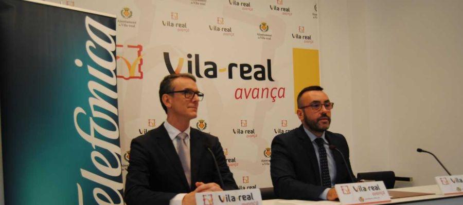 El alcalde José Benlloch junta,amb el director de servicis diritals de Telefònica Bruno Vilarasau.
