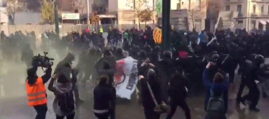 Enfrentamientos en Girona entre manifestantes antifascistas y mossos d'esquadra
