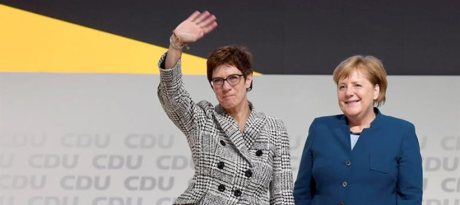 Annegret Kramp-Karrenbauer   reacciona tras ser elegida como nueva presidenta del partido Unión Cristianodemócrata alemana