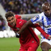 El centrocampista camerunés del Leganés Allan-Roméo Nyom lucha con Jaime Mata,
