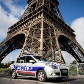 Un coche de la Policía francesa frente a la Torre Eiffel de París