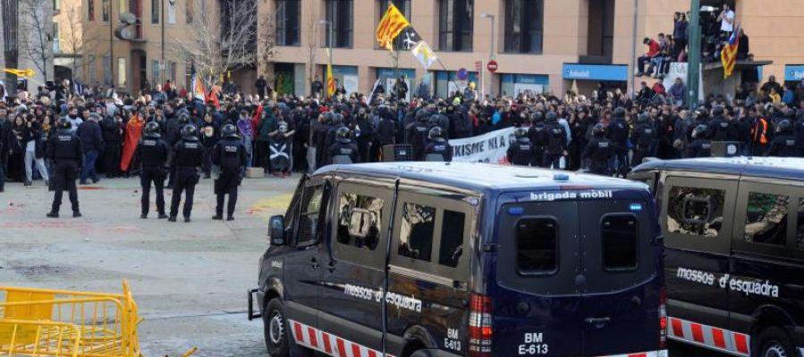 Furgonetas de los Mossos d'Esquadra durante los incidentes en Girona