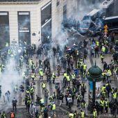 Chalecos amarillos se enfrentan a las fuerzas policiales durante una manifestación cerca de los Campos Elíseos en París