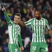 Lo Celso y Sidnei celebran el gol del argentino en el Villamarín