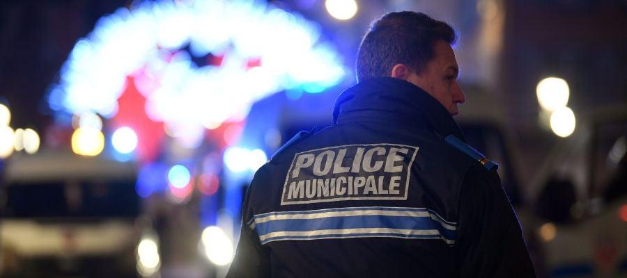 Un miembro de la policía francesa monta guardia cerca del lugar del tiroteo