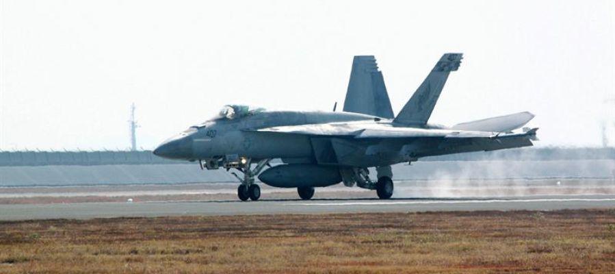 Vista de un caza aterrizando en la base de EEUU en Japón