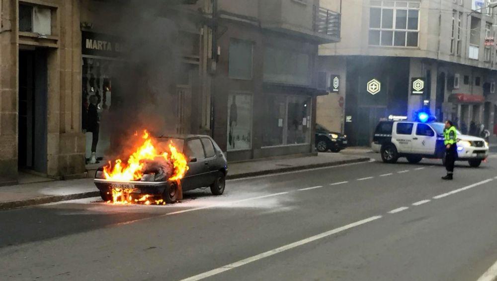 Vehículo ardiendo en Verin