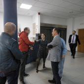 La directora de Diario de Mallorca, Maria Ferrer, con los agentes policiales que quieren incautarse de documentación por el Caso Cursach.