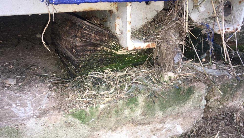 Estado que presenta uno de los tacos de madera sobre los que se asientan los barracones en el colegio La Paz de Torrellano