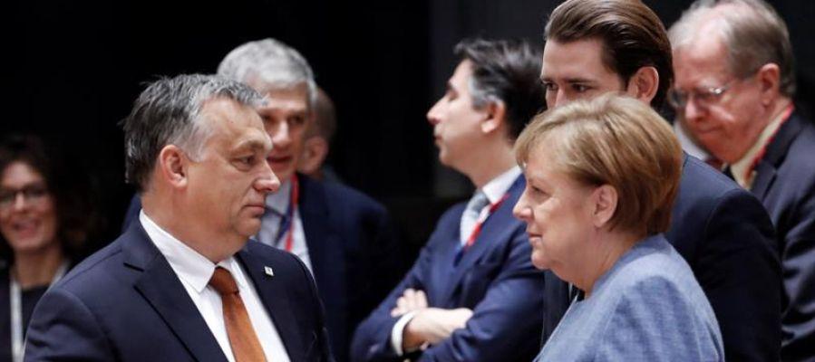 La canciller alemana, Angela Merkel (d), conversa con el primer ministro húngaro, Victor Orban (i)
