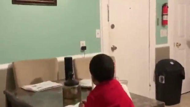 Una madre descubre a su hijo haciendo los deberes con ayuda de Alexa