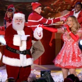 Mariah Carey cantando junto a Papá Noel