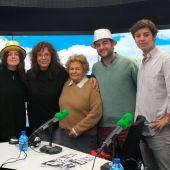 Rosa Laviña con cinco de sus nietos y Begoña Gómez de la Fuente