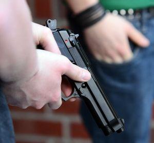 Resultado de imagen para imagen policia con pistola en mano que no se vea la cara
