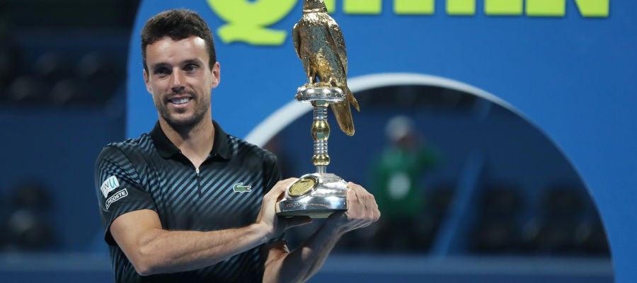 Roberto Bautista posa sonriente con su título en Doha