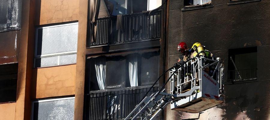 Los Bomberos han logrado controlar el incendio en un edificio de diez plantas en Badalona