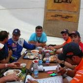 Darío Rodríguez (en el centro, de azul) junto a pilotos del Rally Dakar