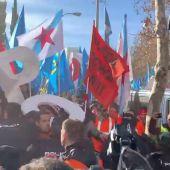Un grupo de trabajadores de Alcoa intentan asaltar la sede del Ministerio de Industria
