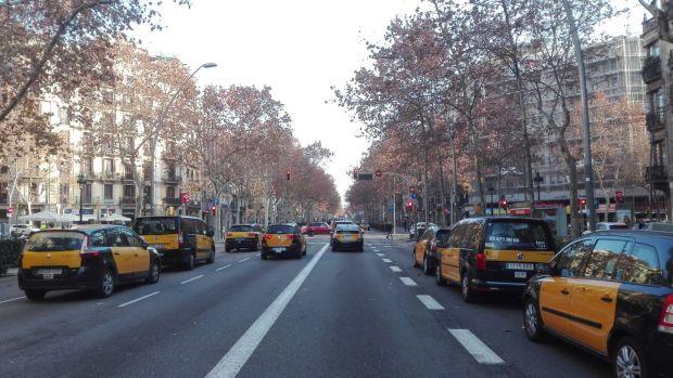 Taxistas bloquean la Gran Vía de Barcelona