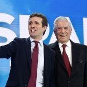 Mario Vargas Llosa junto a Pablo Casado en la convención nacional del PP