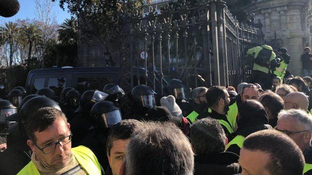 Momentos de tensión en el Parc de la Ciutadella (Barcelona) entre Mossos y taxistas
