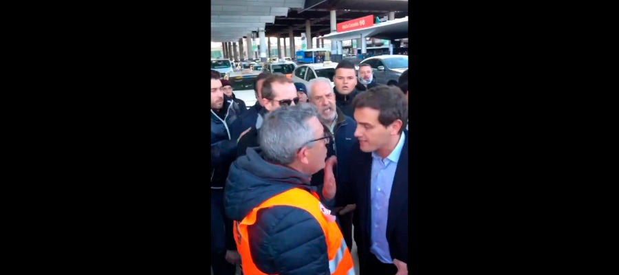 Albert Rivera es increpado por taxistas en Madrid