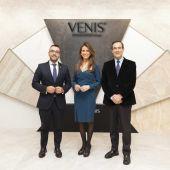 L´alcalde de Vila-real José Benlloch, Maria Colonques directiva de Venís junt amb José Bono.