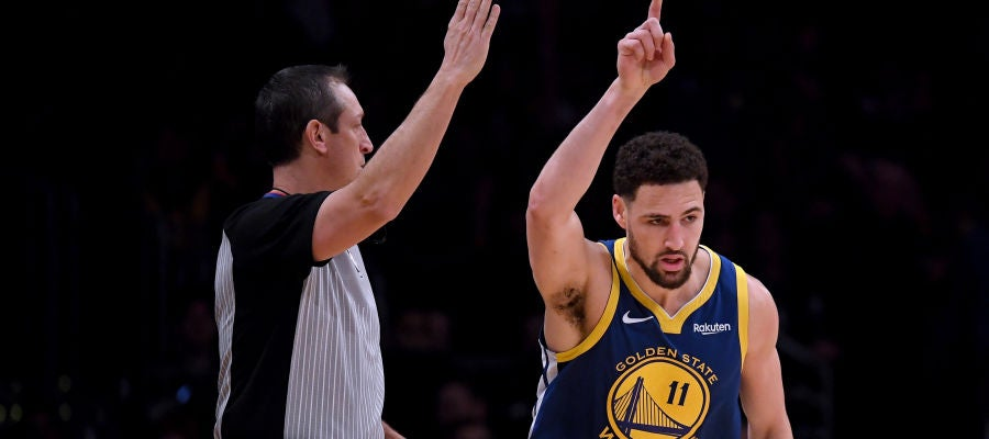 Klay Thompson celebra uno de sus 10 triples contra los Lakers