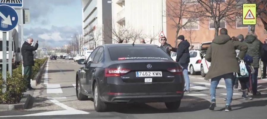 Continúan los enfrentamientos entre los taxistas y los conductores de VTC: pinchan la rueda de un coche VTC