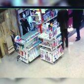 Las redes se vuelcan con el quiosquero de avanzada edad al que robaron: un internauta se gasta 80 euros en revistas para ayudarle