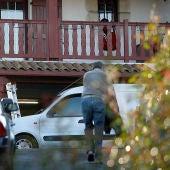 Agentes de la Policía francesa practican en el registro a una casa, tras el arresto en octubre de 2004 del entonces supuesto jefe del aparato político de ETA, Mikel Antza