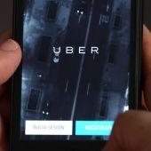 Un usuario de Uber utiliza la aplicación